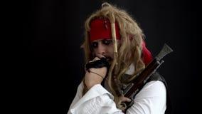 Mężczyzna w pirata kostiumu myśleć na czarnym tle pojęcia podłączeniowi pomysłu internety dzierżawiąca linia usb zbiory