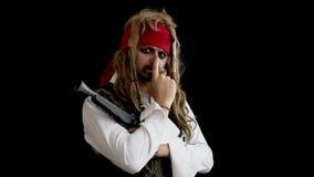 Mężczyzna w pirata kostiumu myśleć na czarnym tle pojęcia podłączeniowi pomysłu internety dzierżawiąca linia usb zbiory wideo