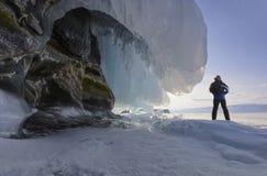 Mężczyzna w pobliżu skała z zamarzniętą fala Zdjęcia Royalty Free