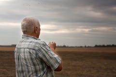 Mężczyzna w polu w jesień dniu Zdjęcie Royalty Free