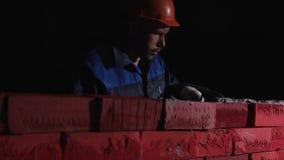 Mężczyzna w pracującym wyposażeniu buduje ścianę cegła zapas Pojęcie samorozwój Budować karierę, on, zdjęcia royalty free
