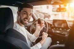 Mężczyzna w przedstawicielstwie firmy samochodowej fotografia royalty free