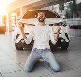 Mężczyzna w przedstawicielstwie firmy samochodowej zdjęcie royalty free