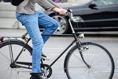 Mężczyzna w ruchu drogowym na rowerze obraz stock