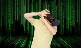 Mężczyzna w rzeczywistości wirtualnej słuchawki lub 3d szkłach Obrazy Royalty Free