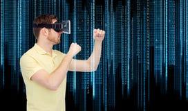 Mężczyzna w rzeczywistości wirtualnej słuchawki lub 3d szkłach Fotografia Stock