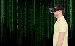 Mężczyzna w rzeczywistości wirtualnej słuchawki lub 3d szkłach Zdjęcia Stock