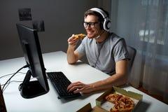 Mężczyzna w słuchawki bawić się komputerową wideo grę w domu obraz royalty free
