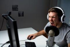 Mężczyzna w słuchawki bawić się komputerową wideo grę w domu obrazy royalty free