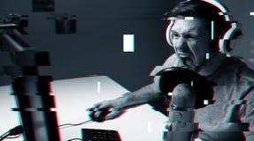 Mężczyzna w słuchawki bawić się komputerową wideo grę w domu zdjęcia royalty free