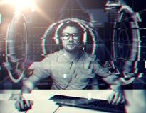 Mężczyzna w słuchawki z komputerowymi wirtualnymi projekcjami obrazy royalty free