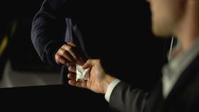 Mężczyzna w samochodowej kupienie heroinie od handlowa na ulicie, nielegalnego narkotyka handel, nałóg zbiory