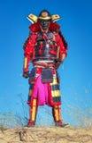 Mężczyzna w samuraja kostiumu z kordzikiem Obrazy Stock