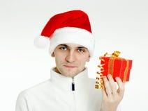 Mężczyzna w Santa kapeluszu z Bożenarodzeniowym prezentem obraz royalty free