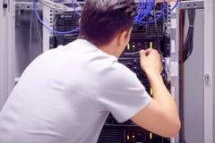 Mężczyzna w sieć serweru pokoju Fotografia Stock