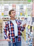 Mężczyzna w sklepów materiałach budowlanych Fotografia Royalty Free