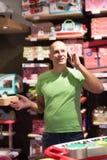 Mężczyzna w sklepów wezwaniach żona Obraz Stock
