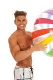 Mężczyzna w swimsuit mienia uśmiechniętym beachball Zdjęcia Royalty Free