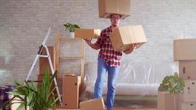 Mężczyzna w szkłach i koszula z pudełkami na jego przewodzimy, ręki i cieki zdjęcie wideo