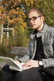 Mężczyzna w szkłach target112_1_ na laptopie obraz stock