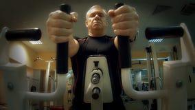 Mężczyzna w szkoleniu na gym wyposażeniu zbiory