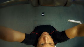 Mężczyzna w szkoleniu na gym wyposażeniu zbiory wideo