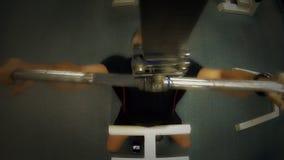 Mężczyzna w szkoleniu na gym wyposażeniu zdjęcie wideo