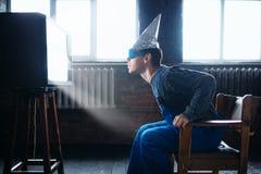 Mężczyzna w tinfoil hełmie i szkłach, UFO fobia obrazy royalty free
