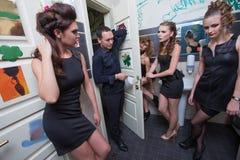 Mężczyzna w toalecie z opiłymi kobietami zdjęcie stock