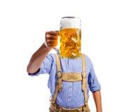 Mężczyzna w tradycyjnego bavarian mienia odzieżowym kubku piwo obrazy royalty free