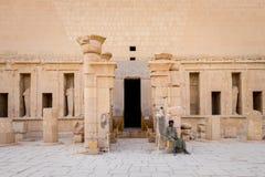 Mężczyzna w tradycyjnej egipcjanin sukni siedzi przy wejściem Hatshepsut świątynia zdjęcia stock