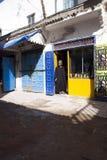 mężczyzna w tradycyjnej odzieży przed kawiarnią, Essauria, Maroko zdjęcie stock