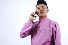 Mężczyzna w tradycyjnej odzieży, stoi świętuje Eid Fitr Fotografia Stock