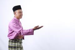 Mężczyzna w tradycyjnej odzieży, stoi świętuje Eid Fitr Zdjęcia Royalty Free