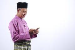 Mężczyzna w tradycyjnej odzieży, stoi świętuje Eid Fitr Obraz Stock