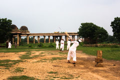 Mężczyzna w tradycyjnej ubiór sztuce grać w krykieta, Sarkhej Roza Zdjęcie Royalty Free