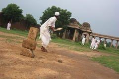Mężczyzna w tradycyjnej ubiór sztuce grać w krykieta, Sarkhej Roza Obrazy Royalty Free