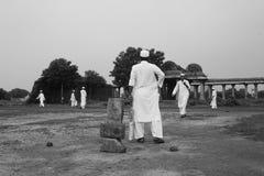 Mężczyzna w tradycyjnej ubiór sztuce grać w krykieta, Sarkhej Roza Fotografia Royalty Free