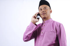 Mężczyzna w tradycyjny ubraniowy rozochoconym z pieniądze paczką podczas świętuje Eid Fitr Obraz Royalty Free