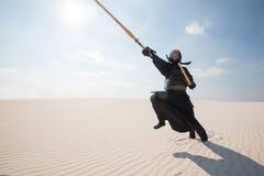 Mężczyzna w tradycyjnym opancerzeniu dla kendo, bogu w pustyni Obrazy Stock