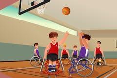 Mężczyzna w wózkach inwalidzkich bawić się koszykówkę Zdjęcia Stock