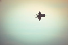 Mężczyzna w wioślarskiej łodzi wiosłach w wodzie Fotografia Stock