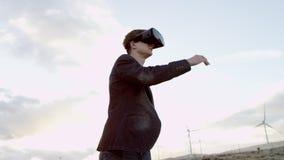 Mężczyzna w wirtualnej realty słuchawki zdjęcie wideo