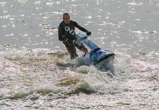 Mężczyzna w Wodnej narty strumieniu Zdjęcia Stock