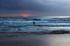 Mężczyzna w wodnym dopatrywanie wschodzie słońca Obrazy Stock