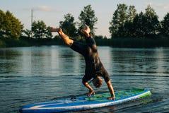 Mężczyzna w wodnym kostiumu na SAP, Zdjęcie Royalty Free