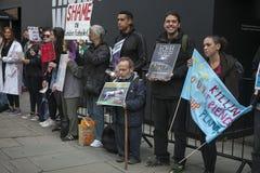 Mężczyzna w zajęczym kostiumu trzyma plakat Anty futerko protest podczas Londyńskiego moda tygodnia outside Eudon Choi Obraz Royalty Free