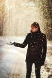 Mężczyzna w zima lesie Fotografia Royalty Free