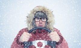 Mężczyzna w zimie odziewa z kierownicą, śnieg, miecielica Pojęcie kierowca zdjęcia stock
