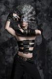 Mężczyzna w zmroku odziewa, daemon z straszną maską obraz stock